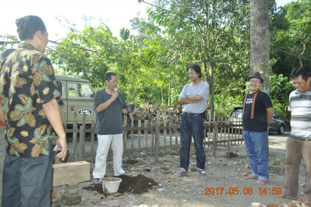 """Dengan mengucap """"Bismillah saya tanam pohon sirsak ini,"""" kata Puji Pujiono. Puji Pujiono mencangkul sendiri tanah untuk tanam pohon sirsak. Puji Pujiono menanam pohon sirsak di halaman Joglo Ervi Pujiono. (Foto: Djuni Pristiyanto)"""