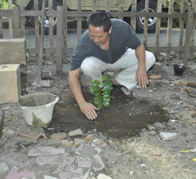 "a�?Penanaman pohon sirsak ini sebagai pohon simbolis,"" kata Puji Pujiono. (Foto: Djuni Pristiyanto)"