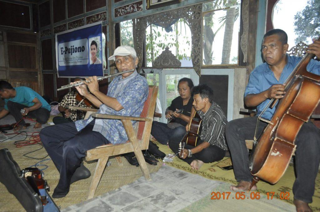 Grup Keroncong Sumber Laras in-action. (Foto: Djuni Pristiyanto)