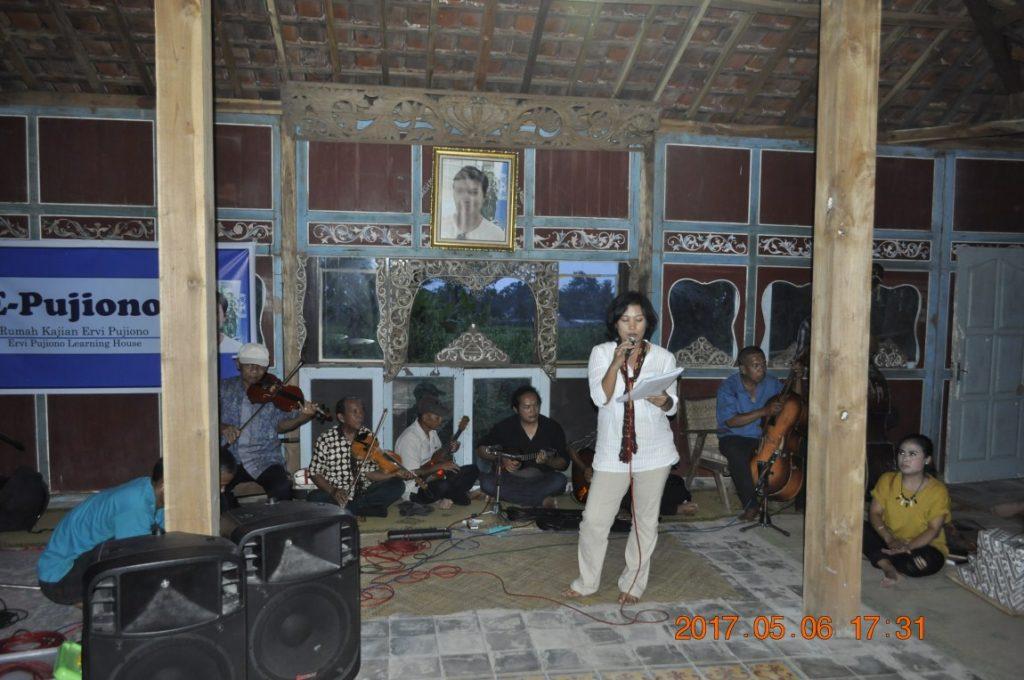 Jam Session Grup Keroncong Sumber Laras dengan Agatia Wenny. (Foto: Djuni Pristiyanto)