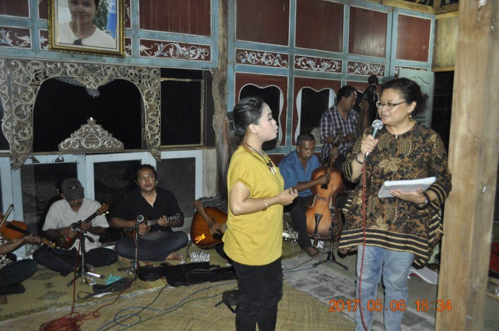 Jam Session Grup Keroncong Sumber Laras dengan Ita Siregar. (Foto: Djuni Pristiyanto)