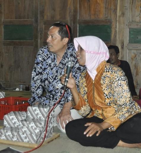 Jam session Grup Keroncong Sumber Laras dengan Bu Tini dan Pak Puji (Foto: Djuni Pristiyanto)