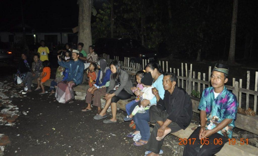 """Warga Dusun Karanglo asyik menonton pagelaran musik keroncong. """"Gandem marem"""". (Foto: Djuni Pristiyanto)"""