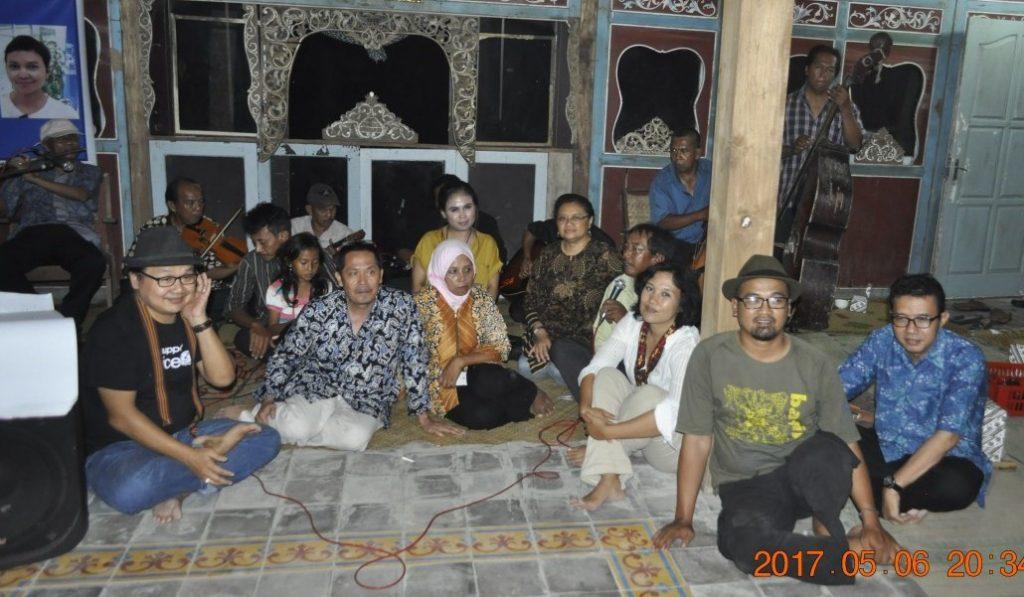 Para pemain musik keronconng Sumber Laras berfoto bersama dengan kru Pujiono Centre. (Foto: Djuni Pristiyanto)