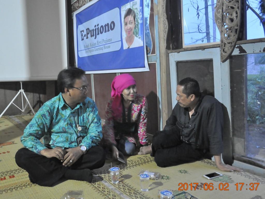 Harry Hikmat, Milly Mildawati dan Puji Pujiono serius berdiskusi mengenai pekerjaan sosial penanggulangan bencana pada 2 Juni 2017.