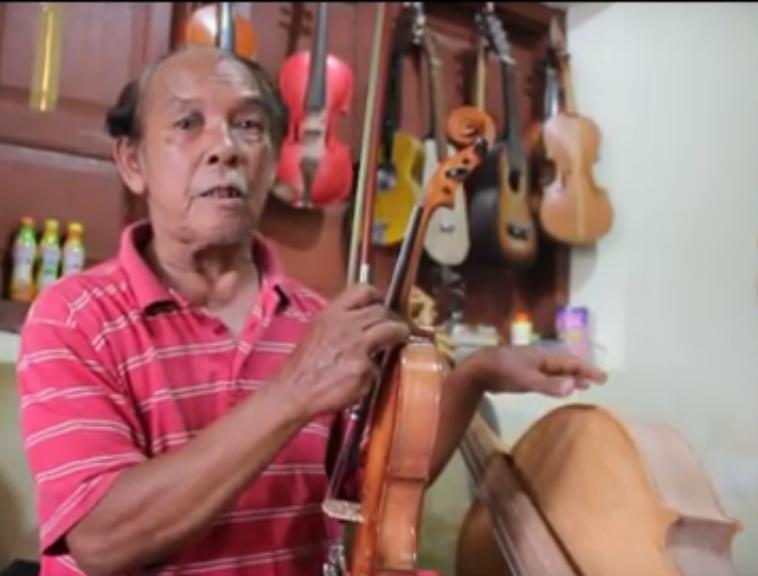 Pak Marsandi menjelaskan proses membuat alat-alat kesenian. (Sumber: https://www.youtube.com/watch?v=7ykrUErVQA0)